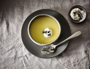 Weiße-Bete-Suppe mit Kaviarcreme