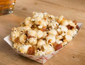 Ahorn-Popcorn mit Speck