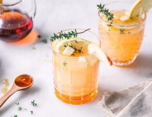 Apfel-Mocktail mit Ahornsirup und Thymian