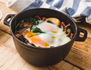 Gebackene Eier auf Spinat mit Ahornsirup