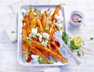 Mit Ahornsirup glasierte Karotten und Fetakäse