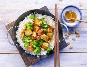 Vegane Bowl mit Reis und Sesam-Brokkoli-Tofu