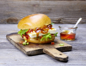 Vegetarischer Burger mit Fetakäse, geschmorten Ahornsirup-Zwiebeln und Tomatensalsa