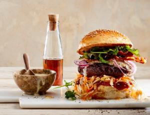 Glasierter Burger mit crunchy Coleslaw