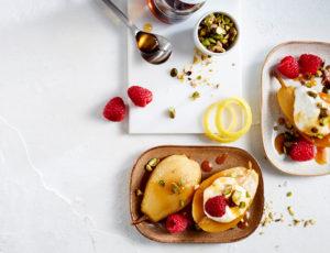Sirup-Birnen mit Vanillecreme und Pistazien