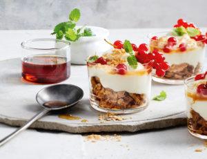 Ahorn-Cheesecake im Glas mit Beeren, Joghurt und Nuss-Crumble