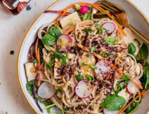 Asia-Salat mit Misodressing