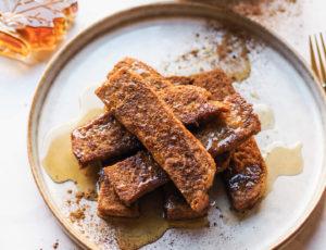 "Vegane ""French Toast Sticks"" mit Ahornsirup"