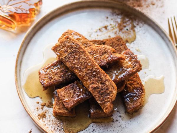 Vegane French Toast Sticks mit Ahornsirup