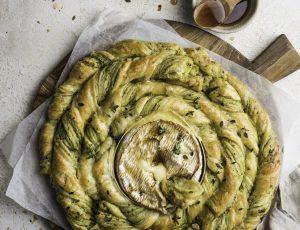Ofen-Camembert mit Blätterteig-Spirale und Ahornsirup